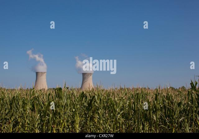 Fermi 2 beyond a corn field, Enrico Fermi Nuclear Generating Station, Monroe, Michigan, USA - Stock-Bilder