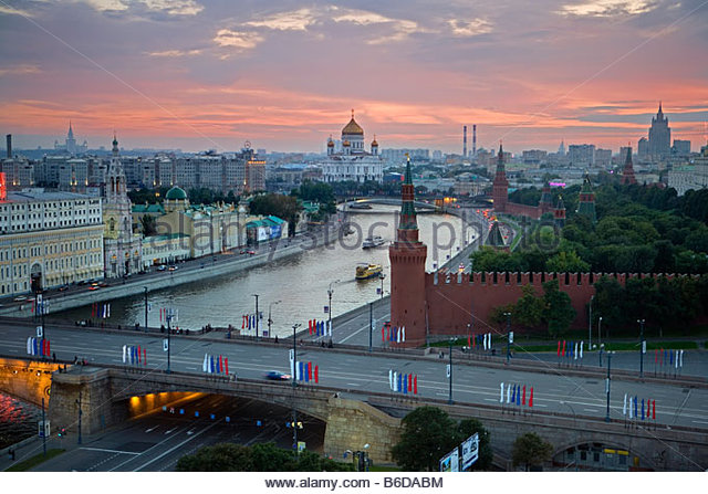 Russia, Moscow, Right: Kremlin. Moskva river with The cathedral of Christ the Savior in background at dusk - Stock Image