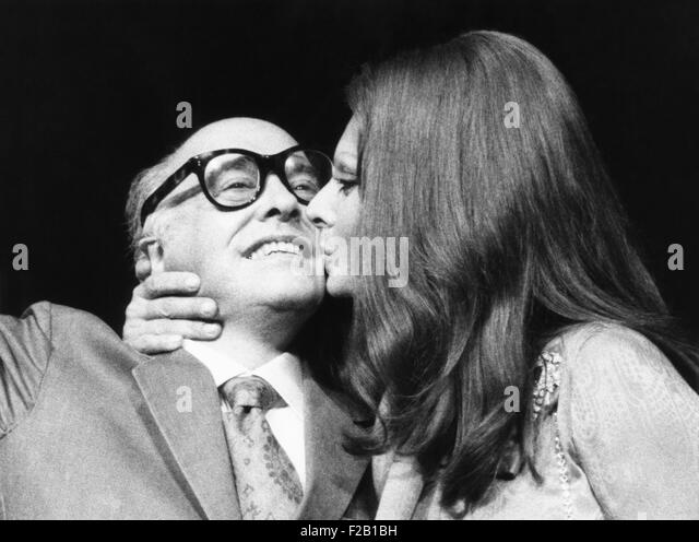 Sophia Loren gives her husband, film producer Carlo Ponti, a kiss at press conference. They were in New York to - Stock Image