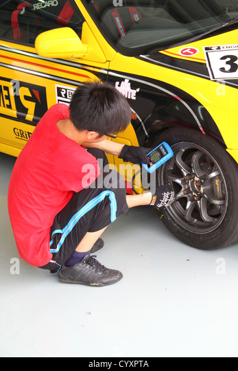 how to become a race car technician