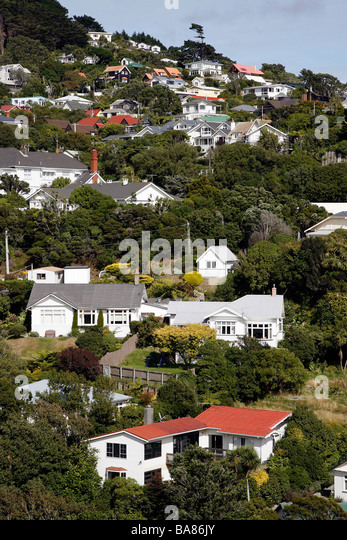 View of houses perched on the hill side in Wadestown, Wellington, New Zealand - Stock Image