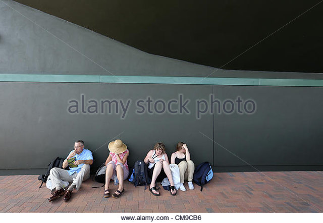 28/06/2012 - Wimbledon (Day 4) - Spectators sit down and take a break in the shade - Photo: Simon Stacpoole / Offside. - Stock-Bilder