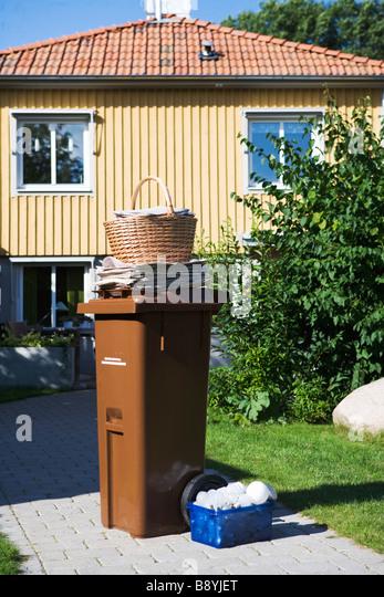 A garbage bin in a garden. - Stock-Bilder