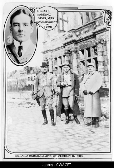 Richard Harding Davis (1864-1916), American journalist at Verdun, with two other men, in 1915, and insert of head - Stock-Bilder
