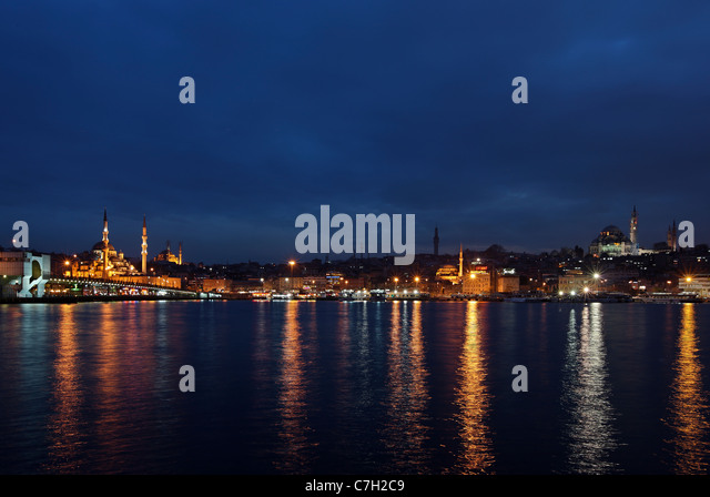 Night view of the Golden Horn from the Galata bridge and the Yeni Camii ('New Mosque') to Suleymaniye mosque. - Stock Image