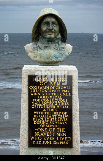The statue of Henry Blogg, coxswain of the Cromer Lifeboat between 1909 & 1947. Cromer on the coast of Norfolk - Stock Image