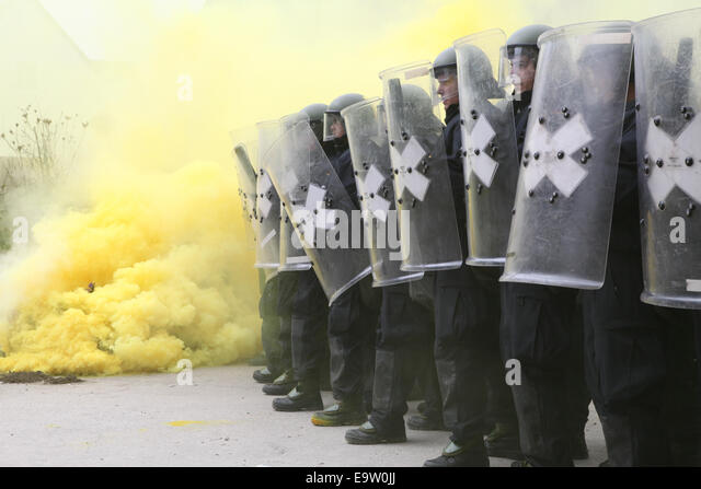 German soldiers form a crash line while conducting riot control training during the Kosovo Force (KFOR) 19 Mission - Stock Image