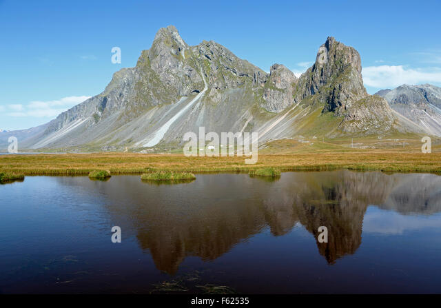 Vikurfjall Mountain reflected on pond, near Hvalnes Nature Reserve, Iceland - Stock-Bilder