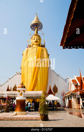 The 32 metre tall gold Buddha statue at Wat Intharawihan, (Temple of the Standing Buddha), Bangkok, Thailand, Southeast - Stock Image