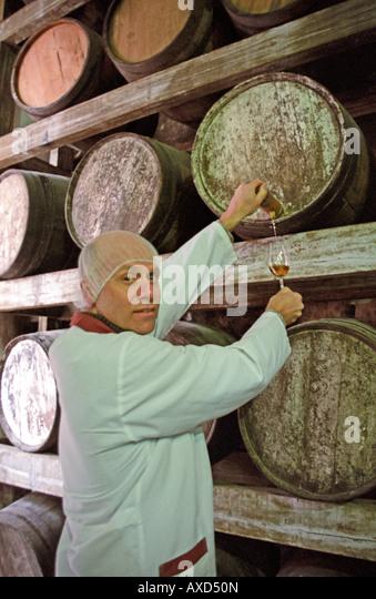 Sampling. Emilio Kunz, oenologist and owner at FANTE preparing a tasting of whisky. Vale dos Vinhedos, southern - Stock Image