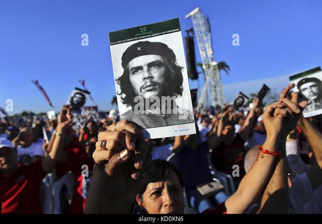 Santa Clara, Cuba. 08th Oct, 2017. People show pictures of legendary Argentinian-born Cuban revolutionary and guerrilla - Stock Image