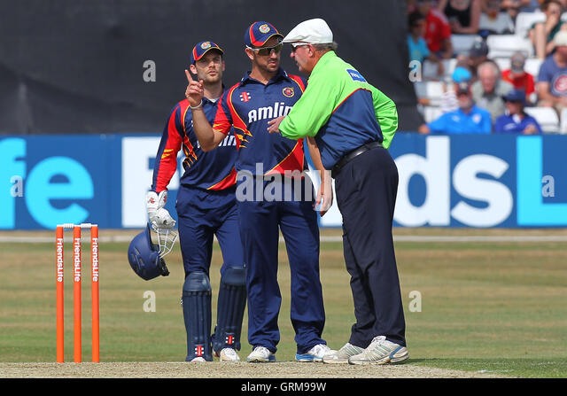 Ryan ten Doeschate of Essex (C) protests to umpire George Sharp after 12 penalty runs are added to the Sussex score - Stock Image