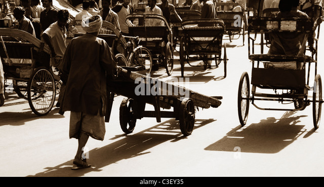 Man pushing a cart, New Delhi, India - Stock Image
