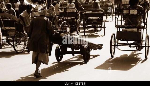 Man pushing a cart, New Delhi, India - Stock Image