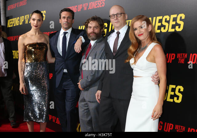 LOS ANGELES, CA - OCTOBER 8: Gal Gadot, Jon Hamm, Zach Galifianakis, Greg Mottola, Isla Fisher at the 'Keeping - Stock-Bilder
