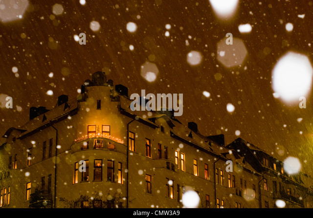 Snowing in city - Stock Image