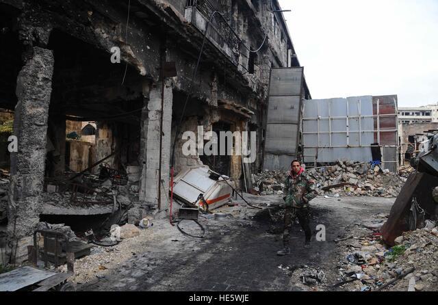 Aleppo, Syria. 17th Dec, 2016. A syrian soldier walks in the old city of Aleppo, Syria, Dec. 17, 2016. © Ammar - Stock-Bilder