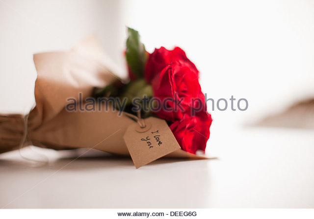 Close up of red roses with gift tag - Stock-Bilder