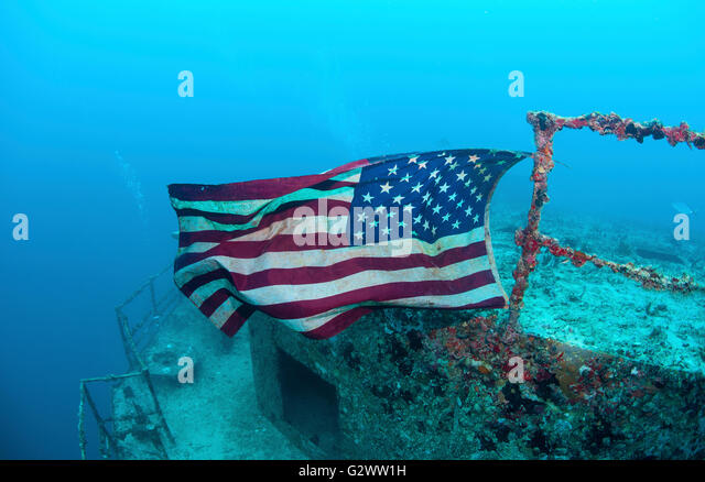The Flag of the United States of America flies on the shipwreck of the USCGC Duane, in Key Largo, Florida. - Stock-Bilder