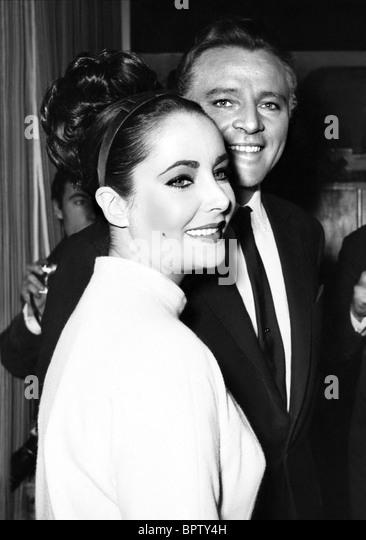 ELIZABETH TAYLOR & RICHARD BURTON ACTRESS WITH 5TH HUSBAND (1964) - Stock-Bilder