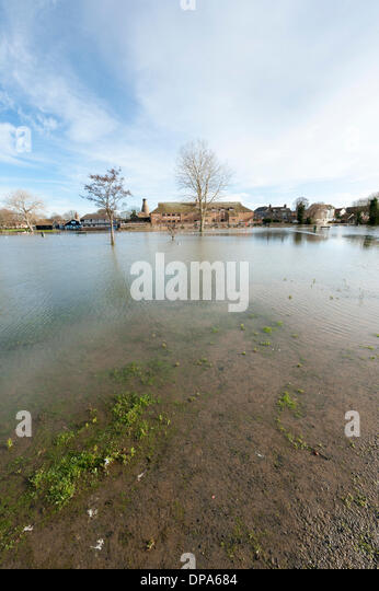 St Neots, Cambridgeshire, UK. 10th January 2014. The River Great Ouse overflows its banks and submerges the riverside - Stock Image