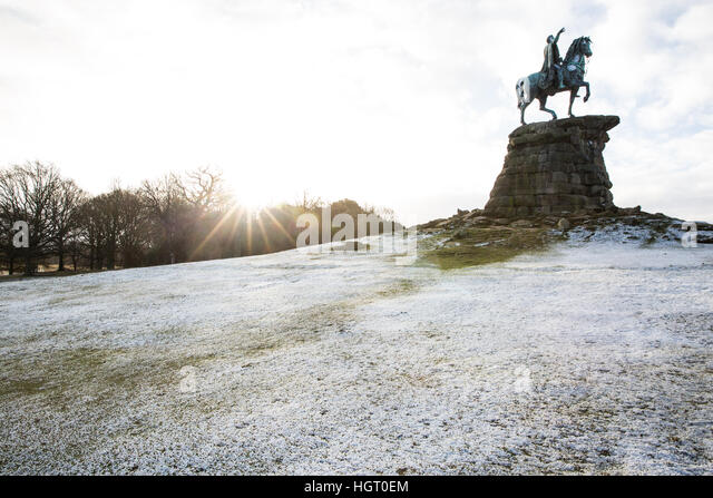 Windsor, UK. 13th January, 2017. A sprinkling of snow on Snow Hill in Berkshire as the sun appears behind. There - Stock-Bilder