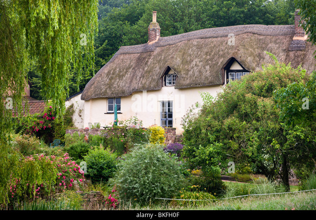 Pretty thatched cottage near Crediton, Devon, England. Summer (July) 2009 - Stock-Bilder