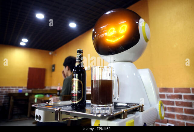 Shenyang, China's Liaoning Province. 20th May, 2015. A robot serves beer in a restaurant in Shenyang, capital - Stock Image