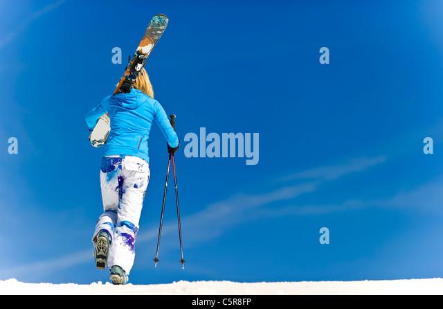 A female skier on the piste. - Stock-Bilder