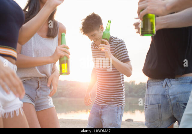 Group of friends drinking, enjoying beach party - Stock-Bilder