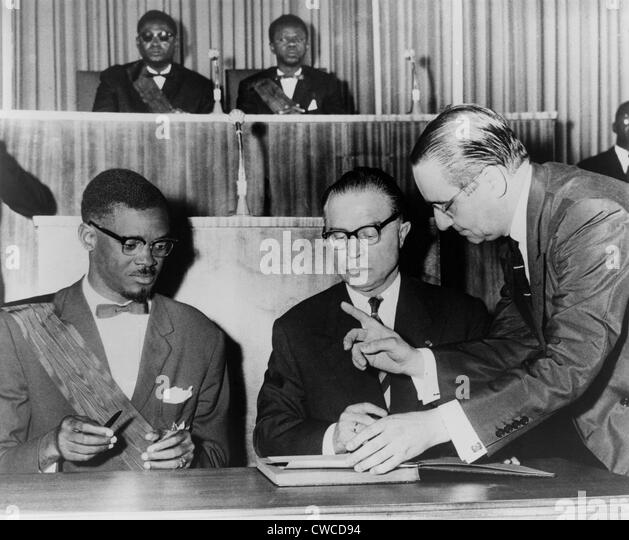 Prime Minister Lumumba and Belgium Premier Eyskens signing the Act of Independence. The ceremony in was held in - Stock-Bilder