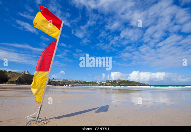 Summer, Lifeguard Warning Flags, Empty Newquay Beach, Cornwall, GB, UK, EU, Europe - Stock Image