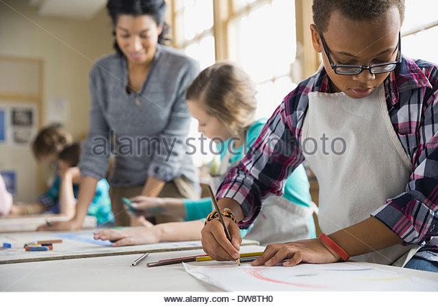 Boy drawing in art class - Stock-Bilder