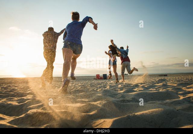 Friends running on Mission Beach, San Diego, California, USA - Stock-Bilder