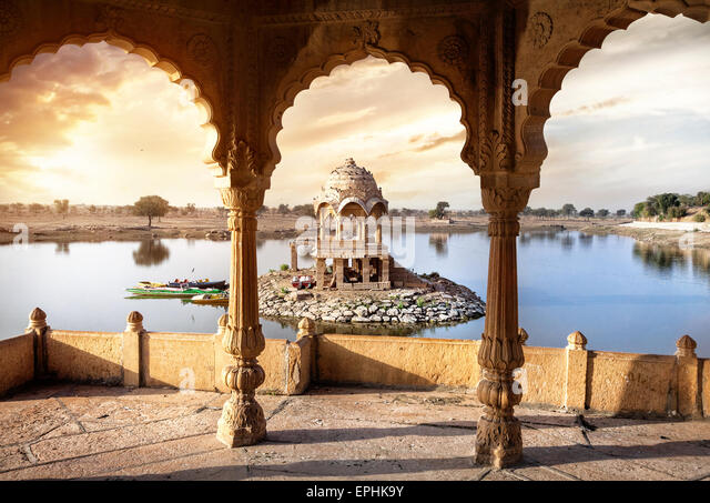 Arches and temple in Gadi Sagar lake at sunset sky in Jaisalmer, Rajasthan, India - Stock-Bilder