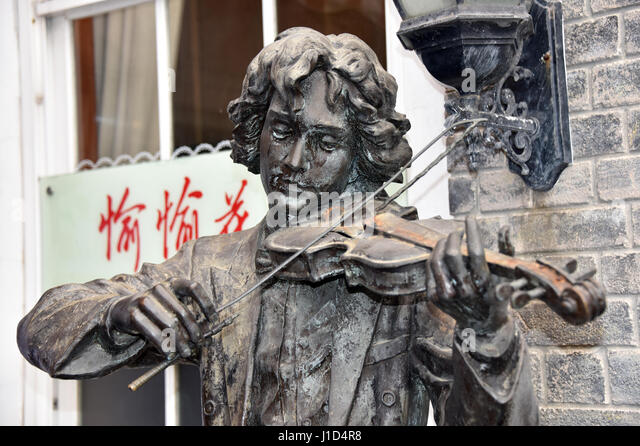 Statue of violin player - Stock Image
