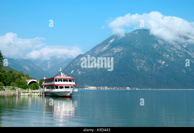 Travel Ferry docked on the lake betwen Maurach and Pertisau, Lake Achensee, Tyrol, Austria - Stock-Bilder
