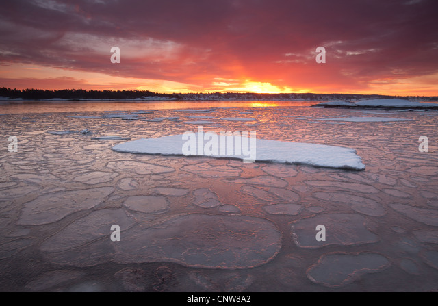 Wintry landscapes and colorful skies at dawn, at Oven in Råde kommune, Østfold fylke, Norway. - Stock-Bilder