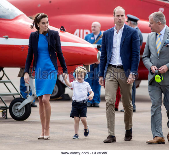 Prince George wears ear defenders against the roar of aircraft during a visit to the Royal international air tattoo - Stock-Bilder