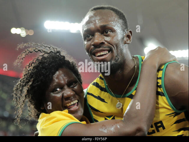 Beijing, China. 23rd Aug, 2015. Usain Bolt of Jamaica celebrates with his mother Jennifer Bolt after winning the - Stock-Bilder