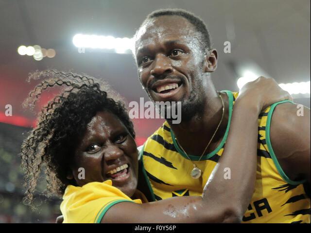 Beijing, China. 23rd Aug, 2015. Usain Bolt of Jamaica celebrates with his mother Jennifer Bolt after winning the - Stock-Bilder
