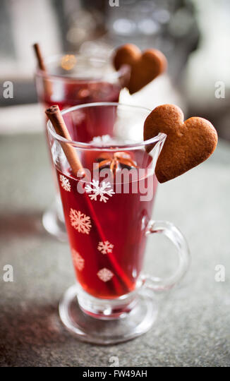 Mulled wine with heart shape gingerbread cookies - Stock Image