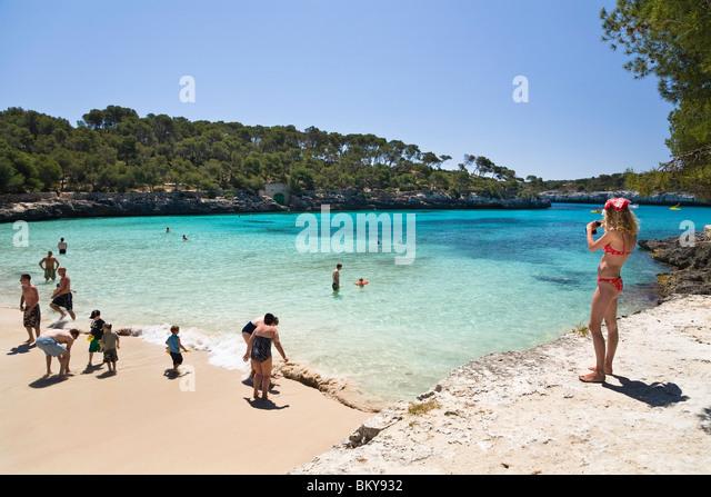 People on the beach in the bay caló d'en Garrot, Cala Mondragó, Mallorca, Balearic Islands, Mediterranean - Stock Image