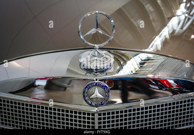 Mercedes 220 stock photos mercedes 220 stock images alamy for Mercedes benz hood ornament