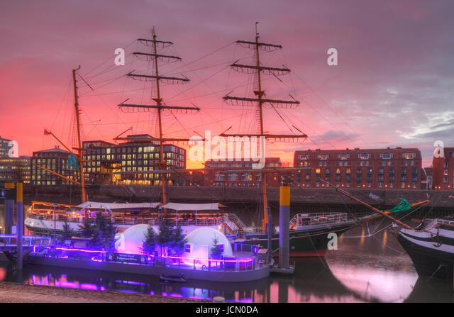 Segelschiff Alexander von Humboldt an der Schlachte bei Abendrot, Bremen, Deutschland     I  Sailing-Ship  Masts - Stock-Bilder