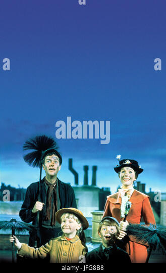 DICK VAN DYKE KAREN DOTRICE MATTHEW GARBER & JULIE ANDREWS MARY POPPINS (1964) - Stock Image