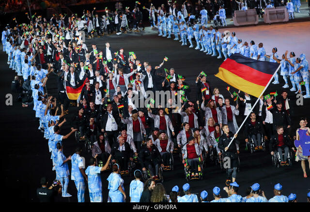 Germany's flag bearer Markus Rehm leads the German delegation into the Maracana Stadium during the Opening Ceremony - Stock-Bilder