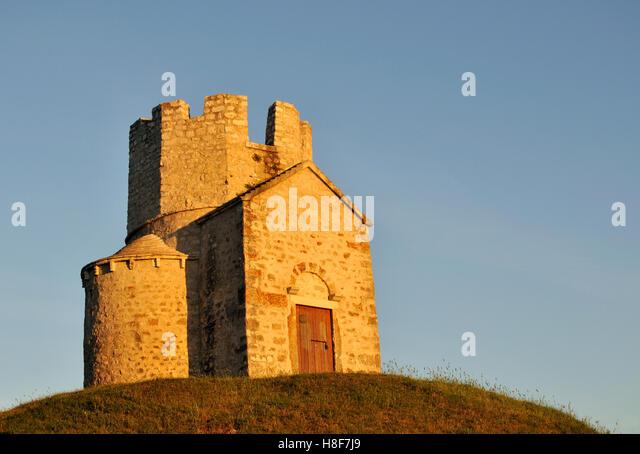 Romanesque St. Nicolas Church located on earthen hill in fields of Prahulje near Nin in Dalmatia, Croatia, Europe - Stock Image