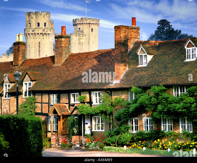GB - WARWICK:  Cottage at Bridge End and Warwick Castle in background - Stock Image