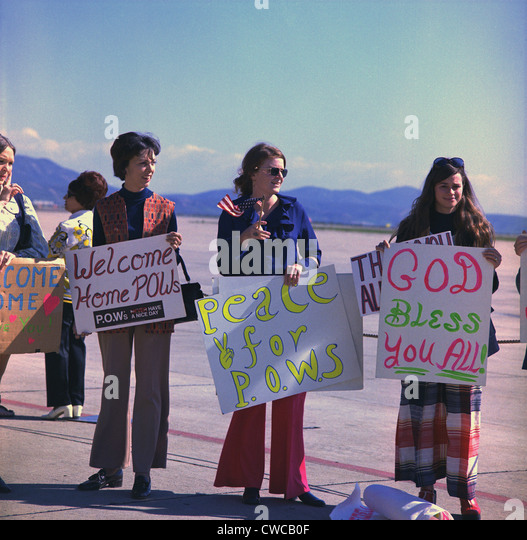 Wives welcome home US Marine POWs. Marine wives wait with signs for their husbands who were released in Hanoi, North - Stock-Bilder